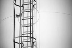 Stäng sig upp av industriell stege på ett torn arkivfoton