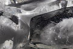 Stäng sig upp av iskuber mot en svart bakgrund Arkivbilder