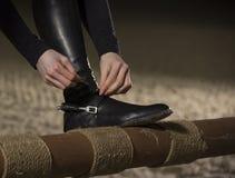 Stäng sig upp av jockeyn som förbereder sig för hästryggridningen silhouettes rid- hästhästar för dressage som hoppar poloryttare Arkivbilder