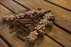 Stäng sig upp av julgranen som göras med pepparkakakakor och kanelbruna pinnar fotografering för bildbyråer