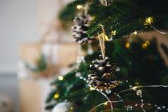 Stäng sig upp av julträd med gula julljus, leksaker och kottar Begrepp för Xmas och för nytt år fotografering för bildbyråer