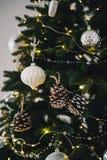 Stäng sig upp av julträd med gula julljus, leksaker och kottar Begrepp för Xmas och för nytt år arkivbilder