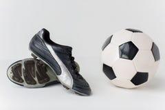 Stäng sig upp av kängor för fotbollbollen och fotboll Royaltyfri Fotografi