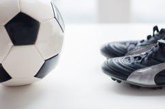 Stäng sig upp av kängor för fotbollbollen och fotboll Arkivbilder