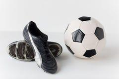 Stäng sig upp av kängor för fotbollbollen och fotboll Fotografering för Bildbyråer