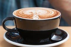 Stäng sig upp av kaffekoppen med cappuccinokaffe och mjölka fradga överst arkivfoton