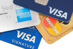Stäng sig upp av kreditkortar med MasterCard, visum- och American Express logoer på vit bakgrund som är illustrativ Fotografering för Bildbyråer