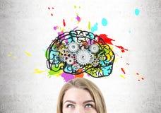 Stäng sig upp av kvinnahuvudet med hjärnan och kuggar arkivbild