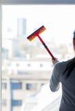 Stäng sig upp av kvinnalokalvårdfönster med svampen Arkivbild