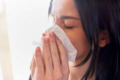Stäng sig upp av kvinnan med wipen som blåser näsan eller gråt fotografering för bildbyråer