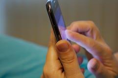 Stäng sig upp av kvinnan som använder den mobila smarta telefonen - bild royaltyfri foto