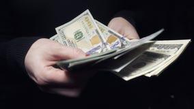 Stäng sig upp av kvinnliga händer som räknar amerikanska dollar lager videofilmer