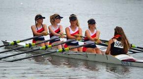Stäng sig upp av kvinnliga Scullers, Newark Coxed fyra på floden Ouse på St Neots Arkivfoto