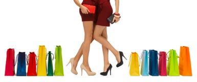Stäng sig upp av kvinnor med kopplingar och shoppingpåsar royaltyfri foto