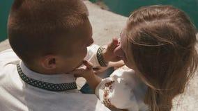 Stäng sig upp av kyssande det fria för par på lakeshore stock video