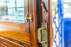 Stäng sig upp av låset av en glidningsdörr i en gammal spårvagn royaltyfri fotografi