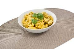 Stäng sig upp av lagad mat pasta som tjänas som i bunke på mattt för ställe Arkivfoto