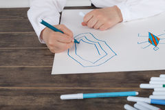 Stäng sig upp av liten flicka i den vita blusen som fokuseras på teckning Förskolebarnet lär hur man drar Dagis och skola Royaltyfri Foto