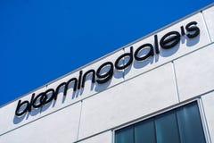 Stäng sig upp av logo för varuhus för Bloomingdale ` s arkivfoto
