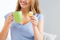 Stäng sig upp av lycklig kvinna eller tonårig flicka med muffin Royaltyfri Foto
