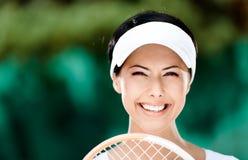 Stäng sig upp av lycklig kvinna med tennisracket royaltyfri foto