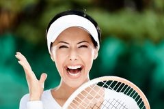 Stäng sig upp av lycklig kvinna med tennisracqueten arkivbilder