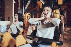 Stäng sig upp av lyckliga flickvänner för framsida, medan skratta royaltyfri fotografi