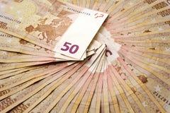 Stäng sig upp av många 50 fläktade eurosedlar Royaltyfri Bild