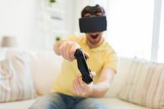 Stäng sig upp av man, i att spela för virtuell verklighethörlurar med mikrofon Arkivbilder