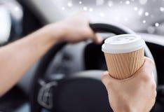 Stäng sig upp av mannen som dricker kaffe, medan köra bilen Arkivfoton