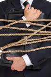 Stäng sig upp av mannen som räcker portföljen som binds med repet Royaltyfri Fotografi