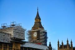 Stäng sig upp av materialet till byggnadsställning runt om Elizabeth Tower, bekant som Big Ben Royaltyfria Foton