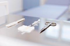 Stäng sig upp av medicinska instrument som ligger på tabellen Fotografering för Bildbyråer