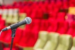 Stäng sig upp av mikrofoner i teater eller konferenskorridor Royaltyfri Foto