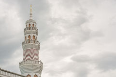 Stäng sig upp av minaret av den stora moskén i phuket Arkivbild