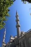 Stäng sig upp av minaret som stiger upp i blå himmel, moskésultanahmet, istanbul, kalkon Royaltyfri Bild