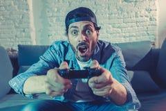 Stäng sig upp av missbrukad man för nerd den videopd gameren royaltyfria foton