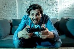 Stäng sig upp av missbrukad man för nerd den videopd gameren arkivbilder