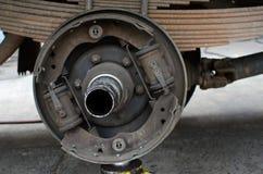 Stäng sig upp av mittnav på lastbilen i process av skadat Arkivbild
