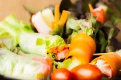 Stäng sig upp av ny sallad av grönsallat, gurkan och tomaten på plattan för sunt äta Sallad för ny grönsak i svart platta på trä Royaltyfria Foton