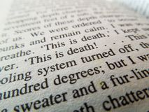 Stäng sig upp av ord på en bok med ord i fokus arkivfoto