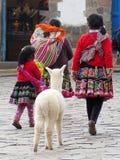 Stäng sig upp av peruanska kvinnor i autentisk klänning Royaltyfri Bild