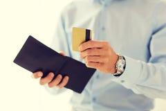 Stäng sig upp av plånboken och kreditkort för man den hållande Royaltyfri Fotografi
