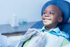 Stäng sig upp av pojken som har hans tänder att undersökas Arkivfoto