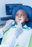 Stäng sig upp av pojken som har hans tänder att undersökas Royaltyfria Foton