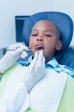 Stäng sig upp av pojken som har hans tänder att undersökas Royaltyfri Fotografi