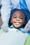Stäng sig upp av pojken som har hans tänder att undersökas Royaltyfria Bilder