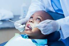 Stäng sig upp av pojken som har hans tänder att undersökas Royaltyfri Bild