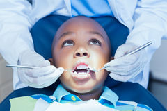 Stäng sig upp av pojken som har hans tänder att undersökas Arkivfoton