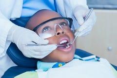 Stäng sig upp av pojken som har hans tänder att undersökas Royaltyfri Foto